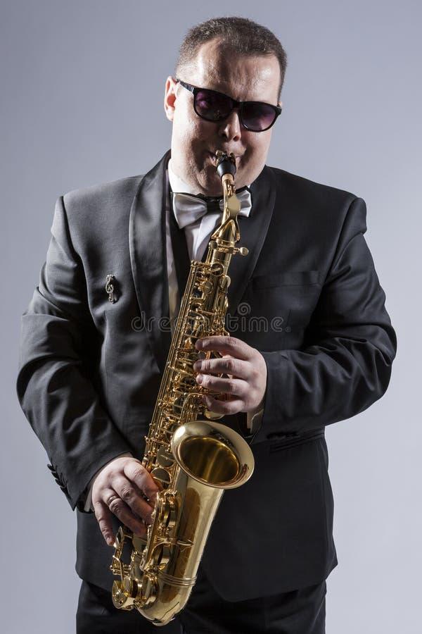 白种人成熟传神萨克管演奏员大反差画象  免版税库存照片