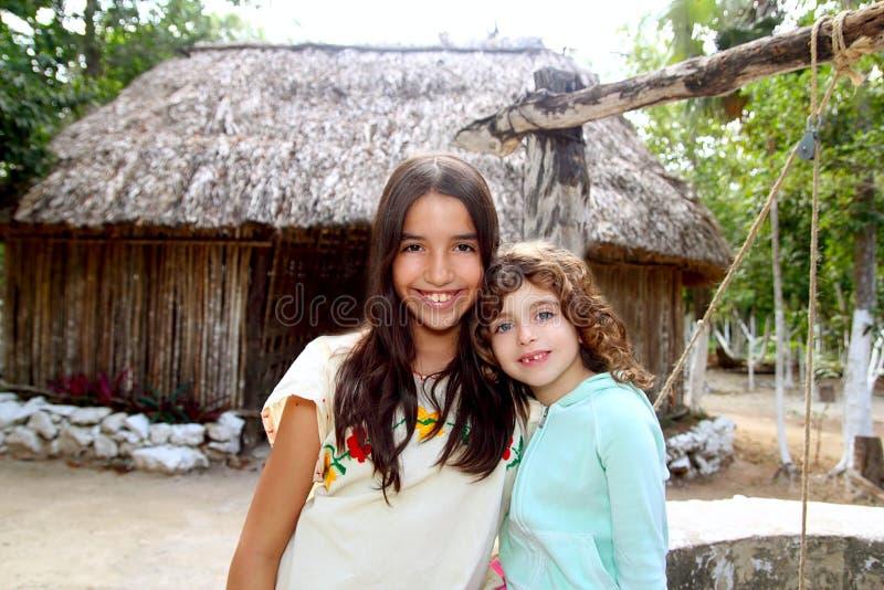 白种人朋友女孩她印第安拉丁玛雅 库存图片