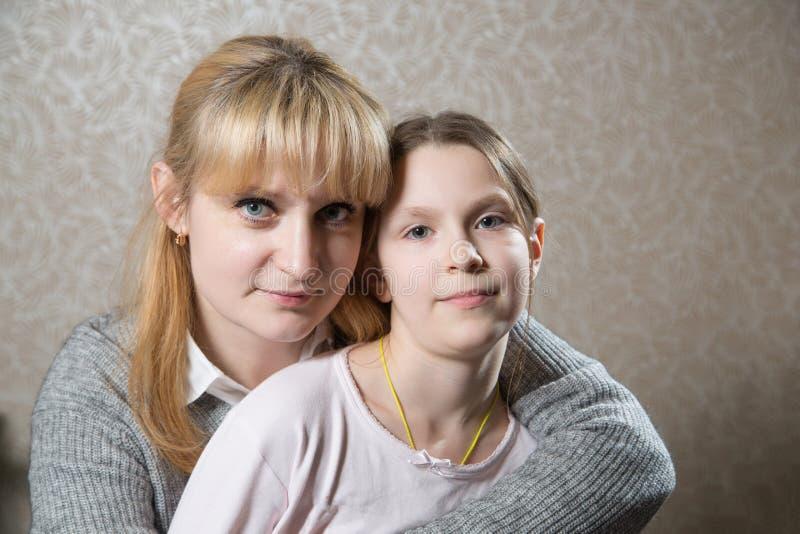 白种人白肤金发的妇女画象有她的beautifull女儿的 库存照片