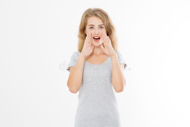 白种人白肤金发的少妇呼喊的最新新闻 在白色背景隔绝的闲话女孩 夏天T恤杉模板空白 免版税库存图片
