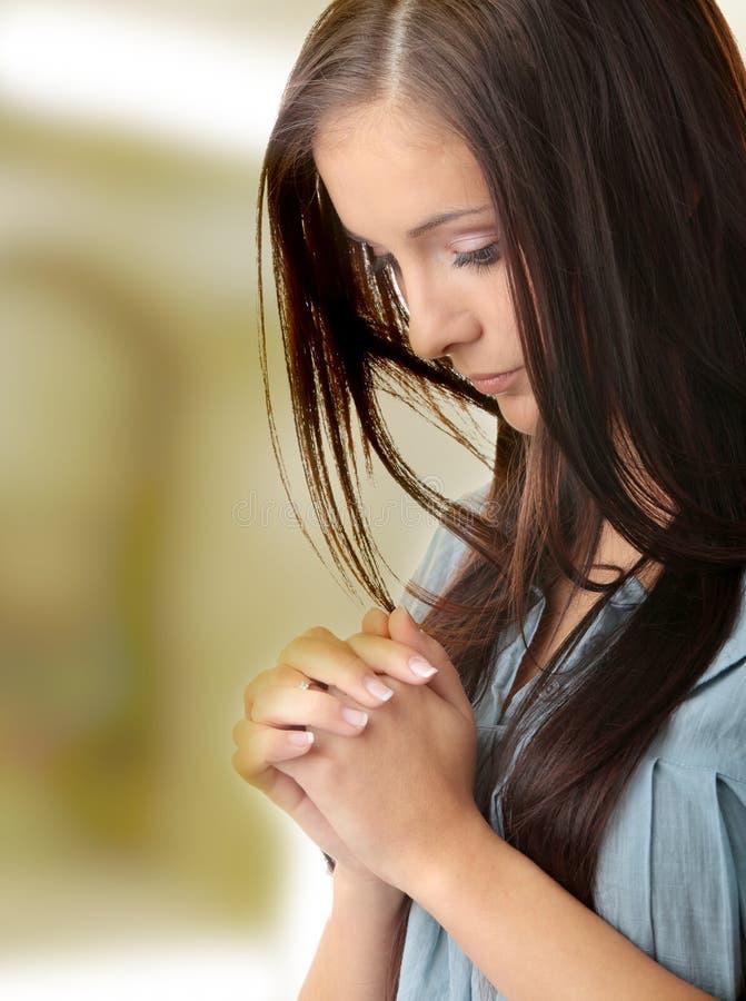 白种人祈祷的妇女年轻人 图库摄影