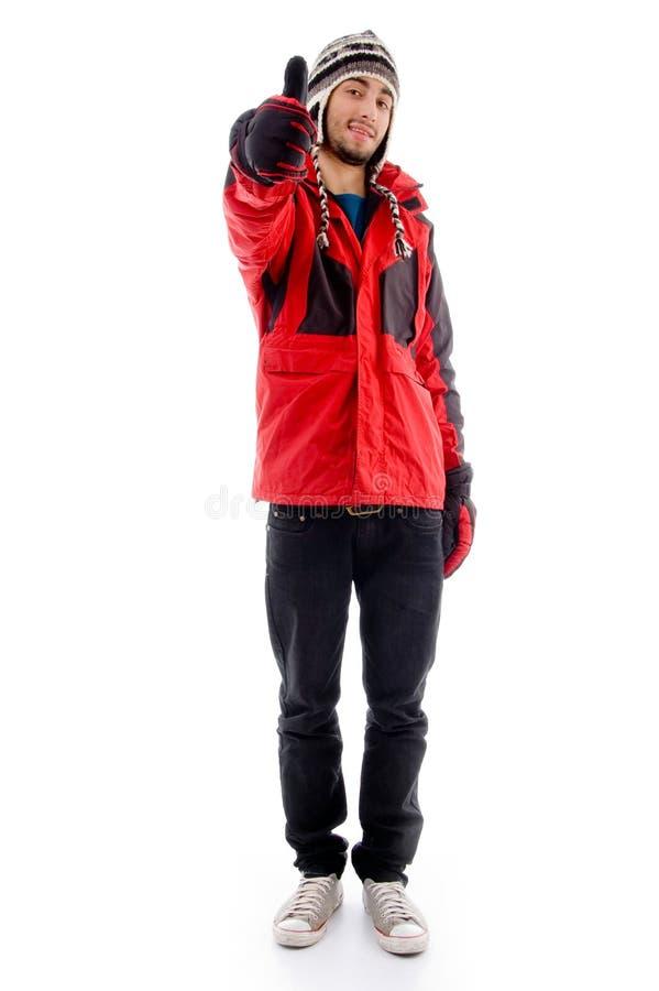 白种人给赞许冬天年轻人穿衣 免版税库存图片