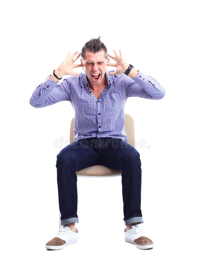 年轻白种人英俊的人坐被隔绝的椅子 图库摄影