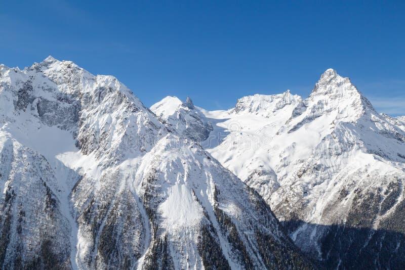 白种人范围的积雪覆盖的山的庄严峰顶 库存图片