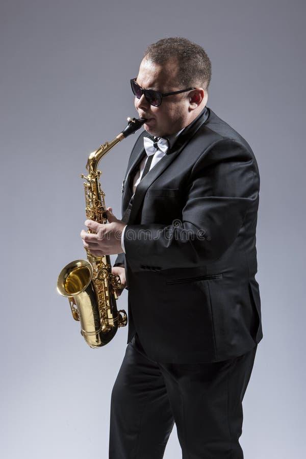 白种人萨克管演奏员画象  库存图片
