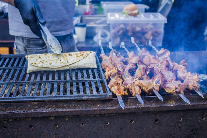 白种人shashlik水多和味道好的棍子在啤酒节日的 免版税库存图片