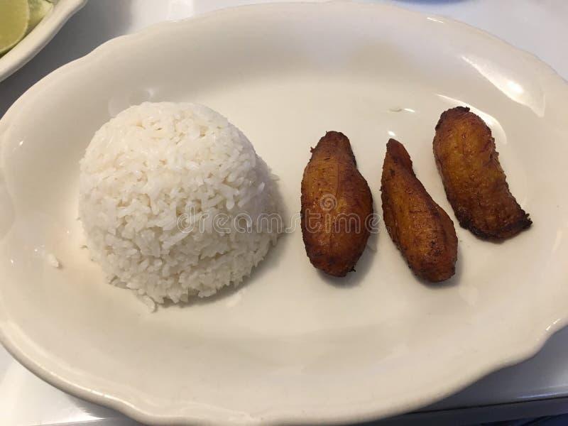 白米和油煎的大蕉 免版税图库摄影
