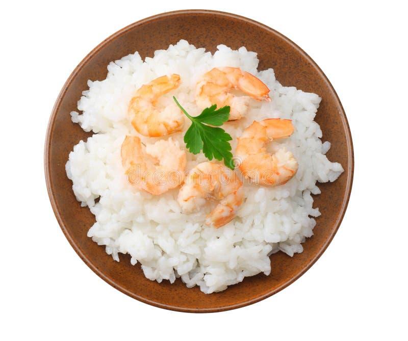 白米用在白色背景隔绝的棕色碗的虾 顶视图 免版税库存照片