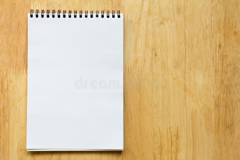白纸在木背景的笔记本 免版税图库摄影