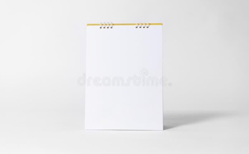 白纸大模型模板广告和烙记的背景的螺旋日历 库存图片
