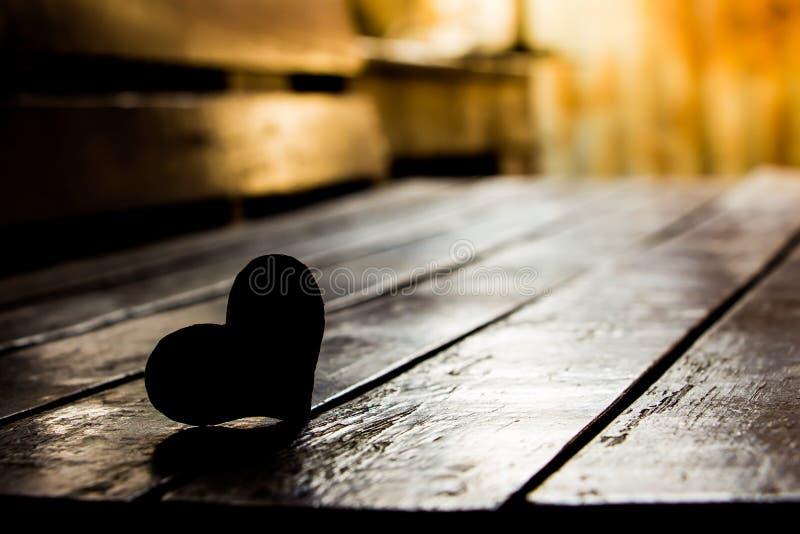 白纸笔记在木椅子背景的心脏形状剪影  库存照片