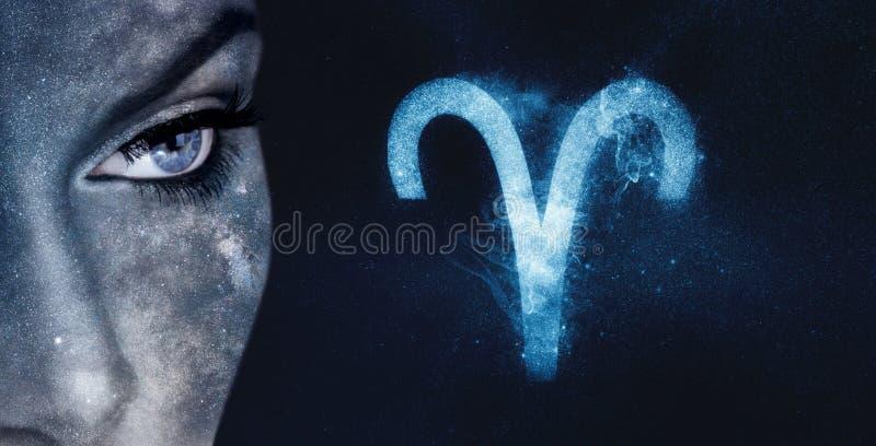 白羊星座黄道带标志 占星术妇女夜空背景 免版税库存图片