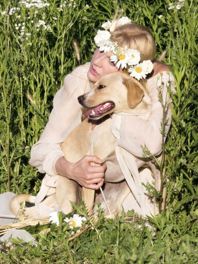 白肤金发和狗 免版税库存照片