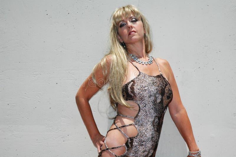 白肤金发在性感的礼服 图库摄影