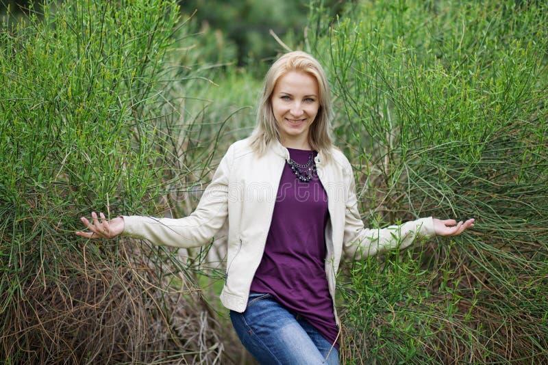 白肤金发女孩微笑 免版税图库摄影