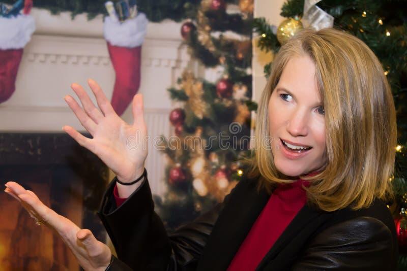 白肤金发女性微笑在假日场面 免版税库存照片