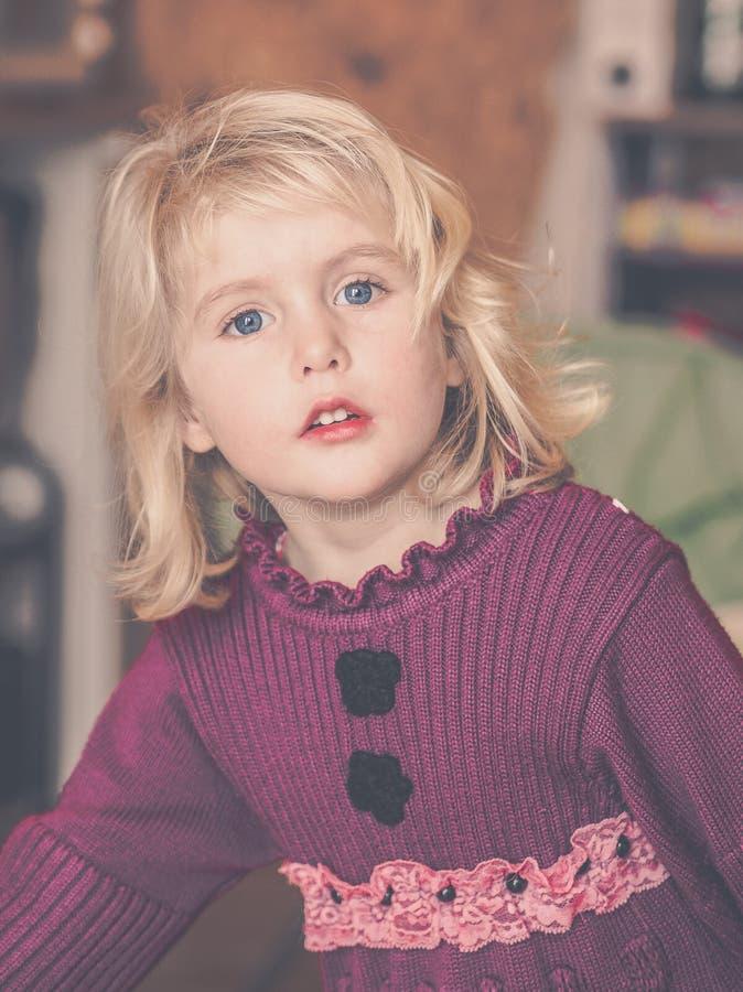 白肤金发小女孩想知道 免版税库存照片