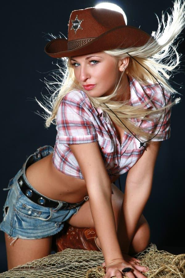 白肤金发牛仔女孩帽子圈地佩带 库存图片