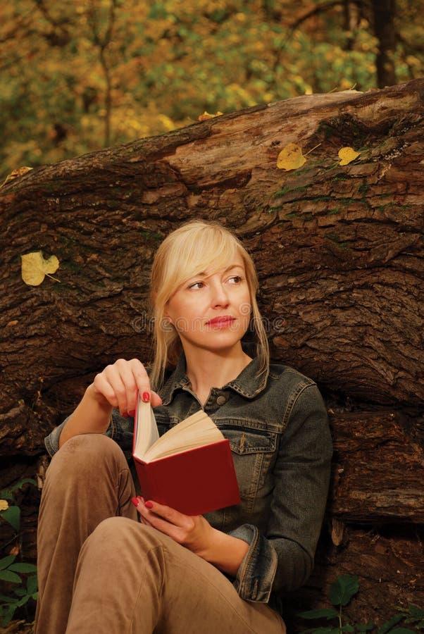 白肤金发的书结构树妇女 免版税图库摄影