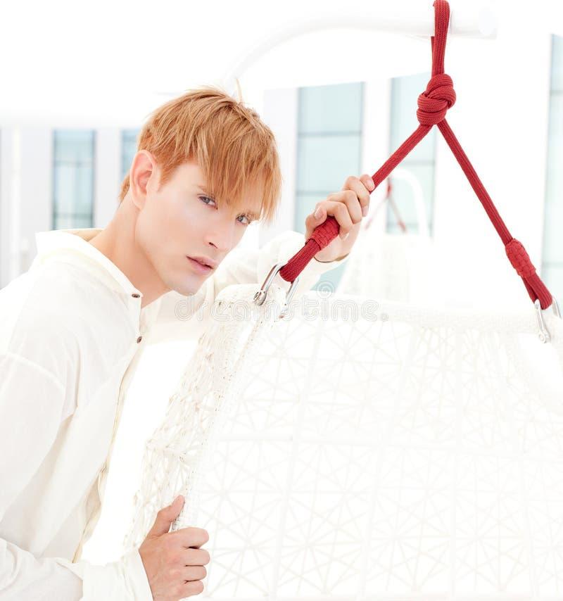 白肤金发的人现代纵向夏天大阳台 库存图片