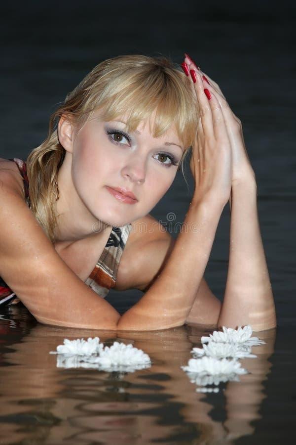 白肤金发的位于的纵向水妇女 免版税库存图片