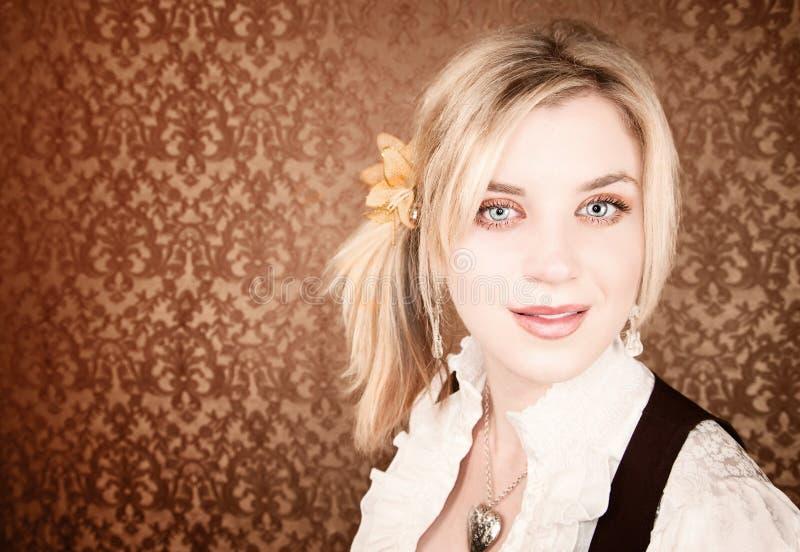 白肤金发的俏丽的妇女年轻人 免版税图库摄影