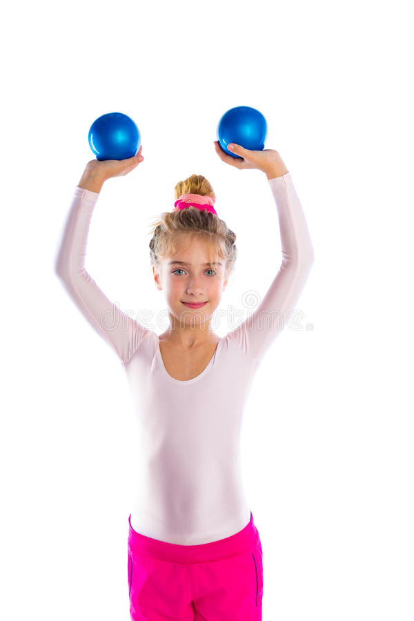 白肤金发的健身孩子女孩行使沙子球锻炼 库存图片