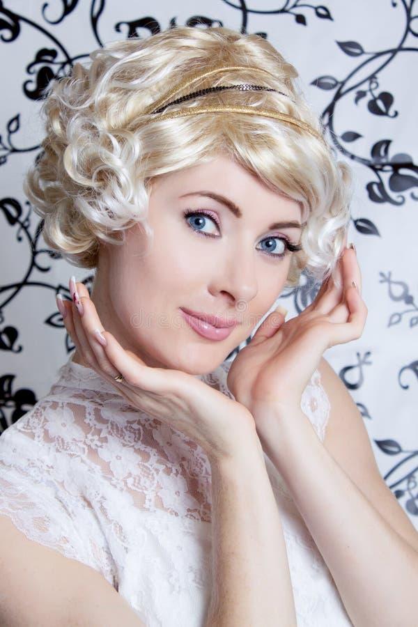 白肤金发的减速火箭被称呼的妇女 免版税图库摄影