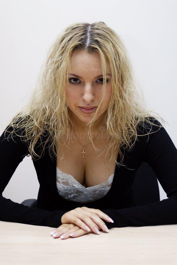 白肤金发的办公室性感的妇女 库存图片