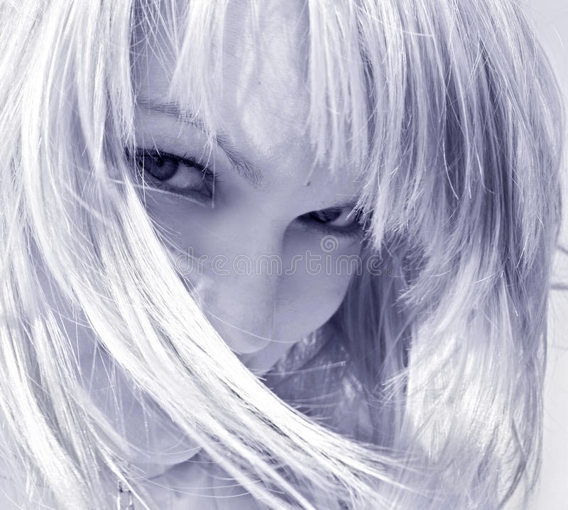 白肤金发的卖弄风情的妇女 免版税图库摄影