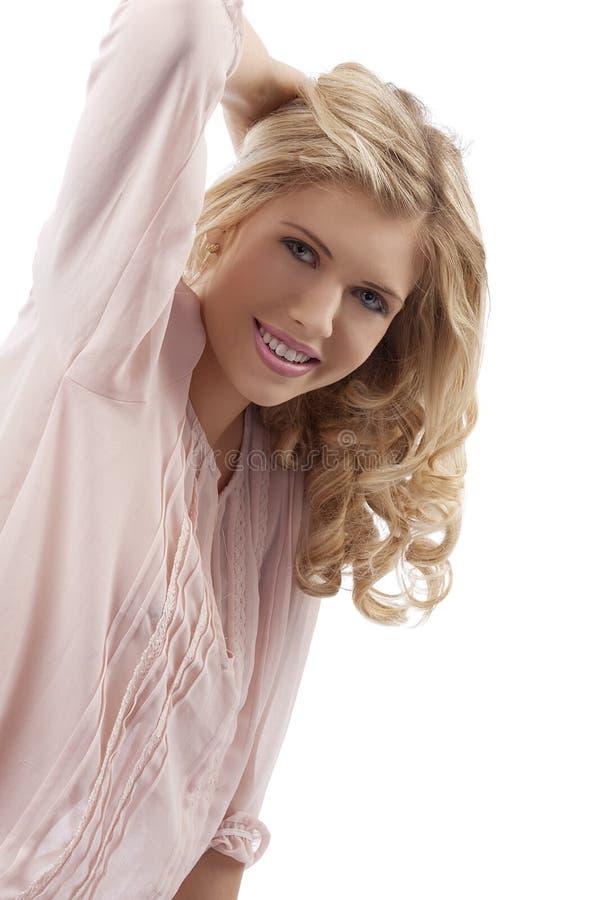 白肤金发的卷曲女孩头发微笑的年轻&# 免版税库存照片