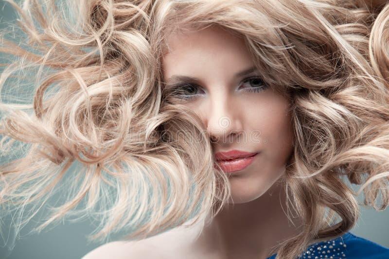 白肤金发的卷曲方式纵向 免版税图库摄影