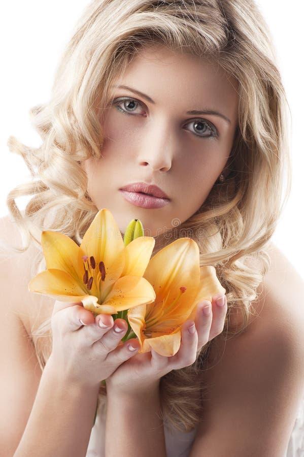 白肤金发的卷曲藏品百合妇女 库存图片