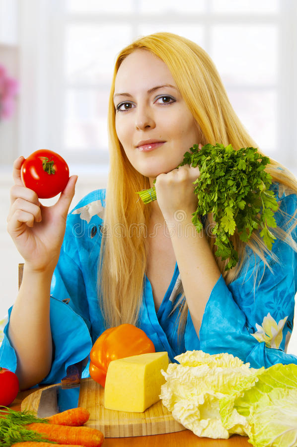 白肤金发的厨房蔬菜妇女 免版税库存图片