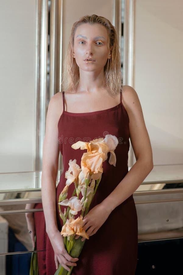 年轻白肤金发的可爱的妇女的画象有时尚外籍人金子的组成 图库摄影