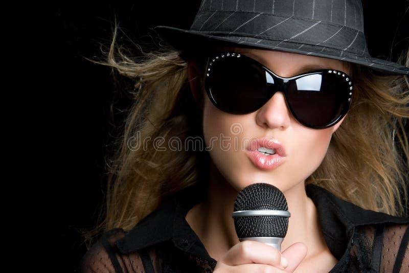 白肤金发的唱歌的妇女 库存照片