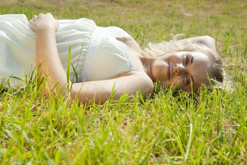 白肤金发的域女孩绿色 免版税库存照片