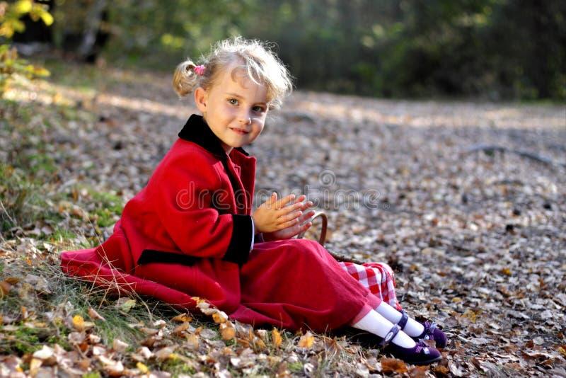 白肤金发的外套女孩红色的一点 库存图片