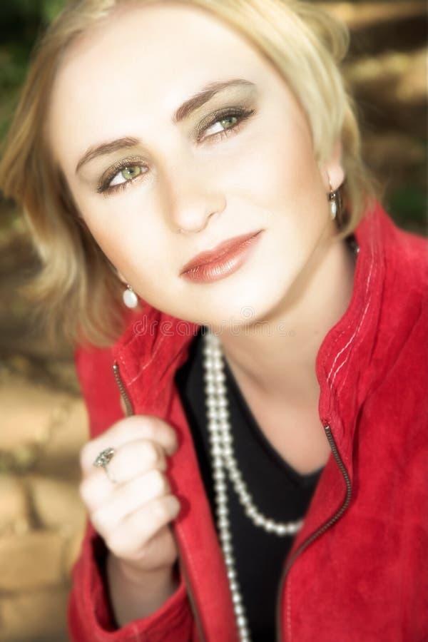 白肤金发的夹克红色妇女年轻人 免版税库存照片