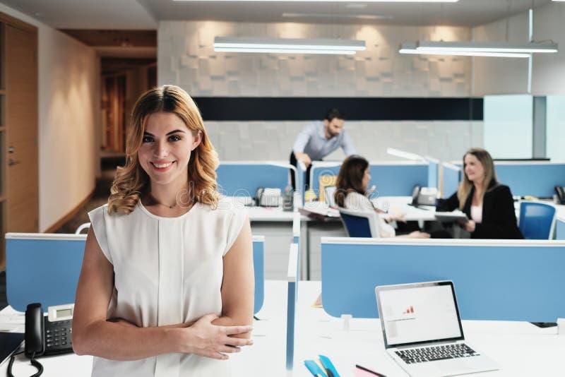 白肤金发的女商人经理画象Coworking办公室空间的 免版税库存照片
