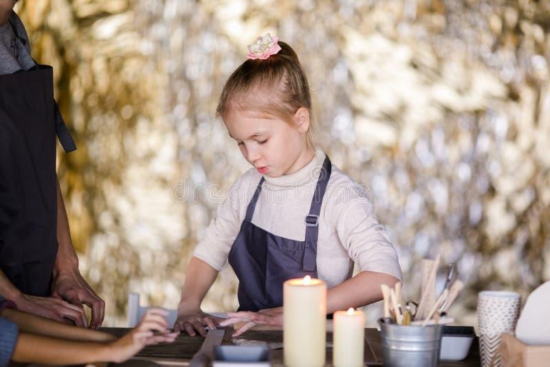 白肤金发的女孩从黏土雕刻 免版税库存照片