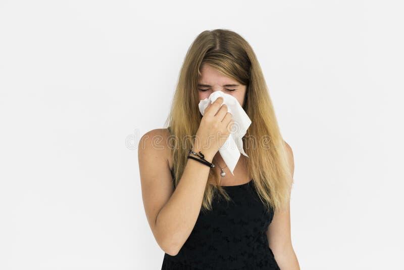 白肤金发的女孩哭泣的打喷嚏的概念 免版税库存照片