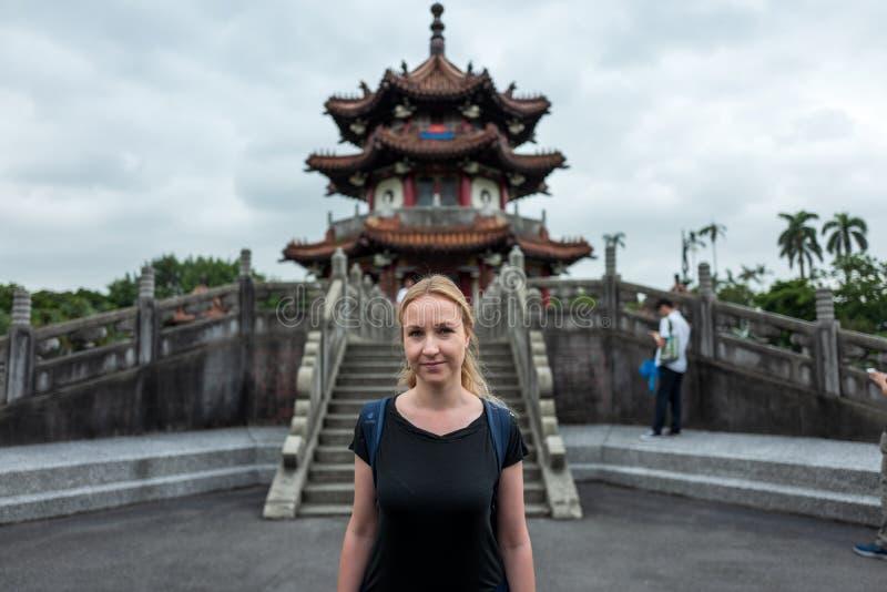 白肤金发的女孩在和平纪念公园在台北,台南 库存照片