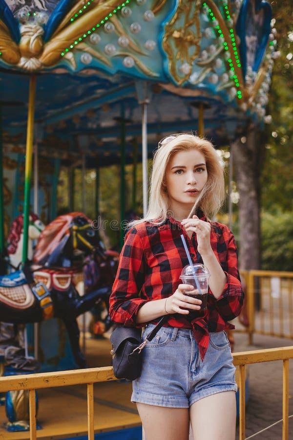 白肤金发的女孩在游乐园在夏天 库存图片