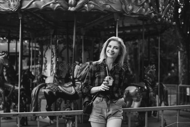 白肤金发的女孩在游乐园在黑白的夏天 免版税图库摄影