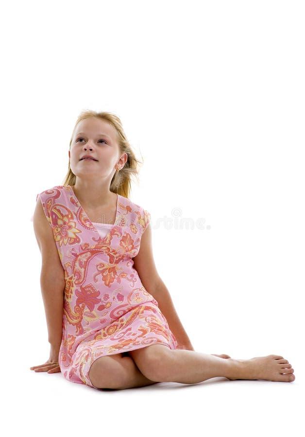 白肤金发的女孩坐的工作室 库存照片