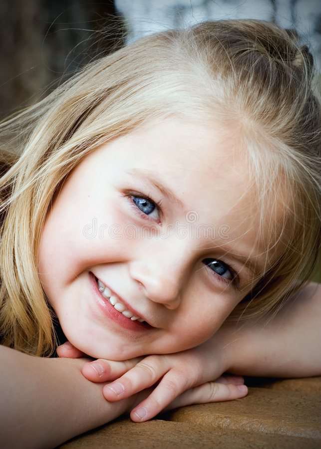 白肤金发的女孩垂直的年轻人 免版税库存照片