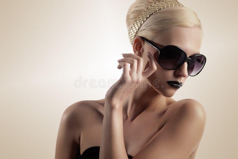 白肤金发的女孩太阳镜 免版税图库摄影