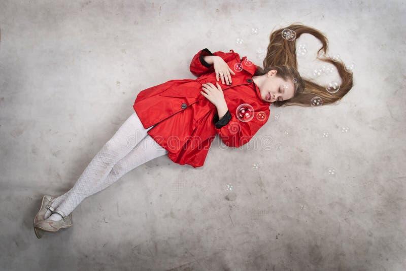 白肤金发的女孩头发长期位于的年轻&# 免版税库存照片