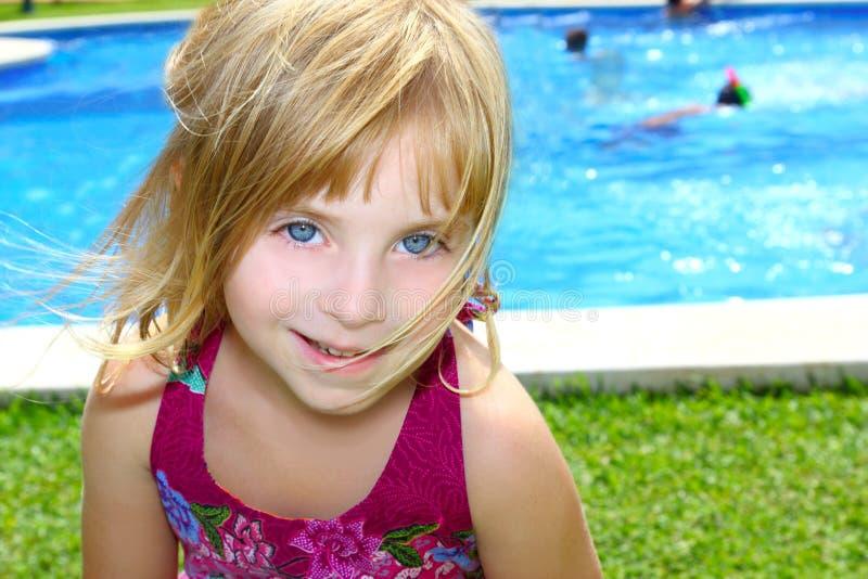 白肤金发的女孩少许池纵向微笑的假&# 图库摄影